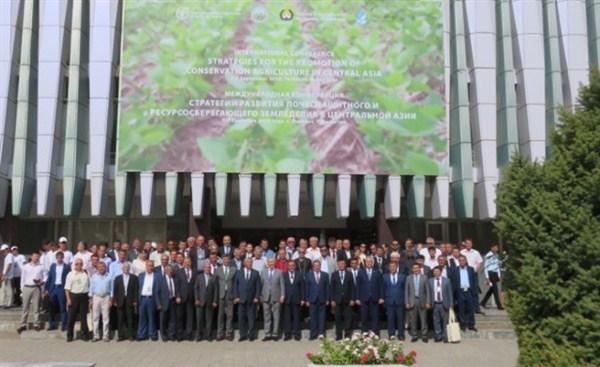 N976201B سخنرانی پژوهشگر قسمت و بخش تحقیقات فنی و همچنين مهندسی مرکز تحقیقات و همچنين آموزش گلستان در همایش بین المللی کشاورزی حفاظتی فائو در کشور ازبکستان